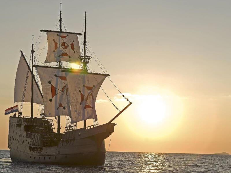 Plavba motorovým člunem za soumraku
